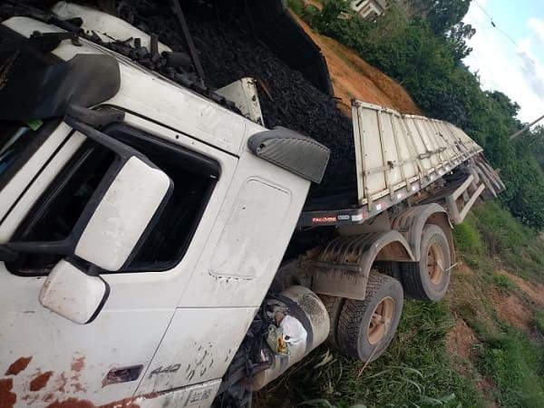 Carreta carregada com carvão tomba na BR-116 (1)