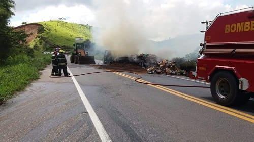 Bombeiros atendem acidente com caminhão na BR-262