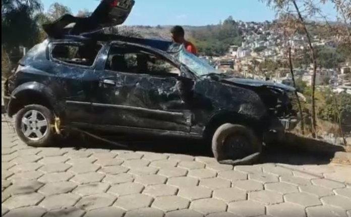 Bovinos provocam capotamento de veículo no Bairro Esplanada em Ponte Nova