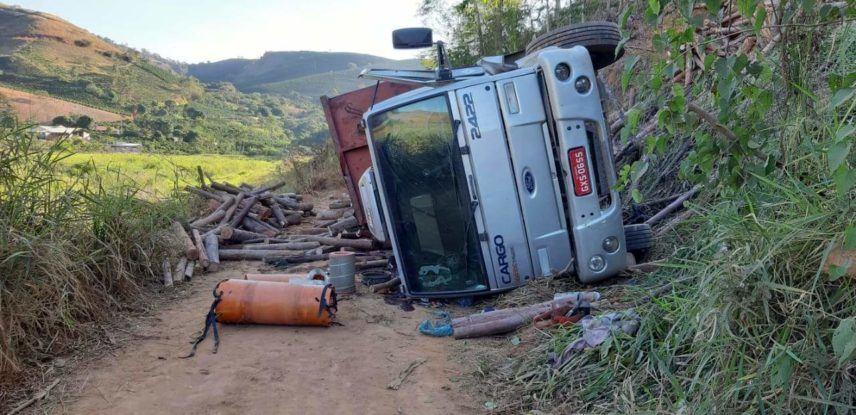 Caminhoneiro tem ferimentos após caminhão tombar numa ribanceira de 50 metros