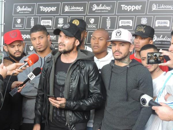"""Jogadores do Figueirense encerram greve e prometem jogar no sábado """"Respeito à torcida"""""""