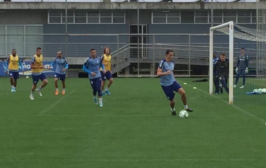 Geromel participa de treino com reservas e se aproxima de retorno ao time do Grêmio