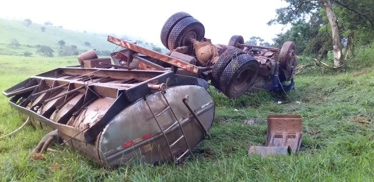 Caminhão tomba na MG-108 em Mutum
