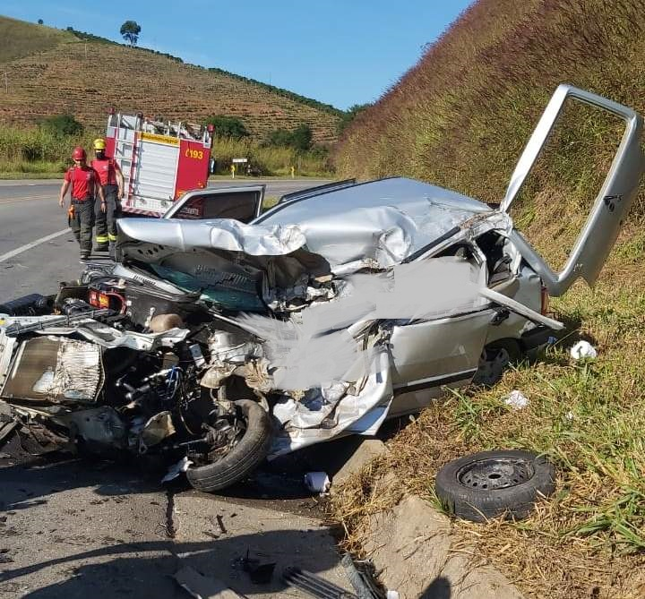 Colisão entre ônibus e carro mata três e deixa uma criança ferida na BR-116